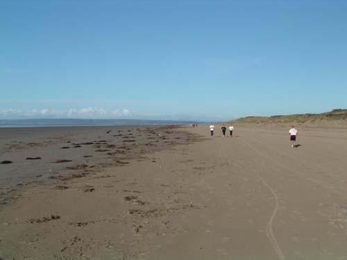 La larga playa Cefn Sidan